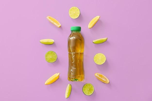 Flasche frischer eistee und zutaten auf farbe