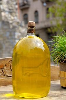 Flasche gelber likör