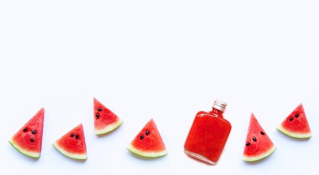 Flasche gesunder wassermelonensaft mit der scheibe lokalisiert auf einem weißen hintergrund.