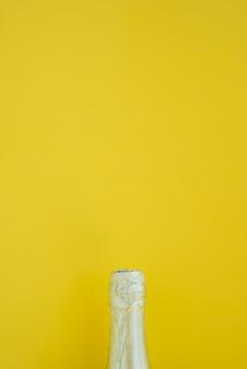 Flasche getränk auf gelbem hintergrund