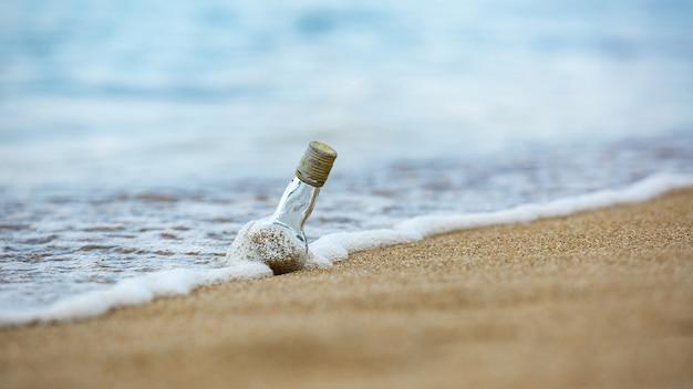 Flasche in den sand.