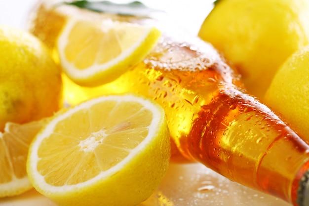 Flasche kaltes bier mit frischen zitronen