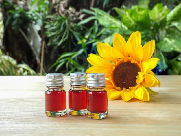 Flasche kaltgepresstes sonnenblumenöl mit sonnenblume