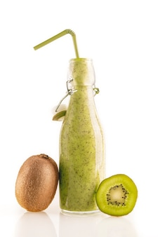 Flasche köstlicher grüner kiwi-smoothie mit strohhalm und kiwi-scheiben isoliert auf weißem hintergrund. gesundes, entgiftendes und diätnahrungsmittelkonzept.