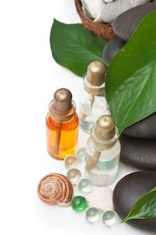 Flasche kosmetische öle mit spa-steinen