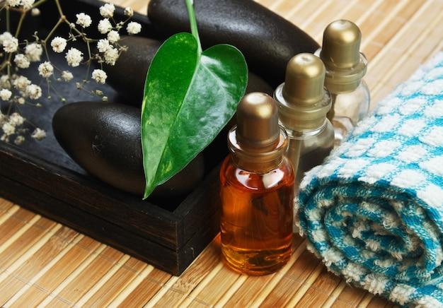Flasche kosmetische öle mit spa-steinen Premium Fotos
