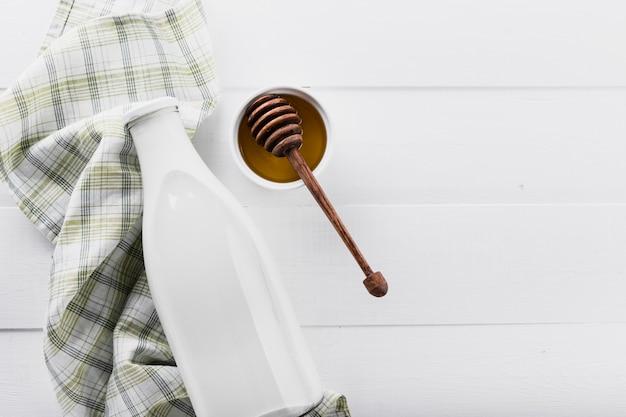 Flasche milch mit honig
