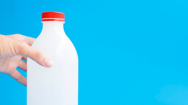 Flasche milch mit roter lippe