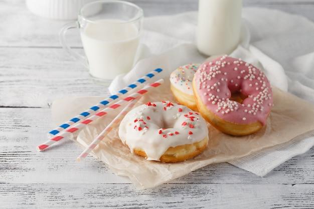 Flasche milch und donuts auf dem tisch