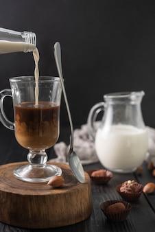 Flasche milch und tasse kaffee mit trüffeln