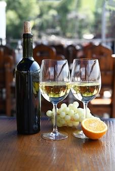 Flasche mit alkohol trinke wein mit gläsern und trauben
