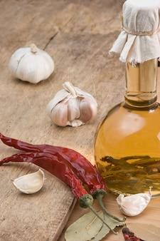 Flasche mit marinade und gewürzen auf einem holztisch