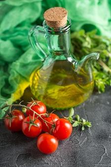 Flasche mit pflanzenöl und kirschtomaten