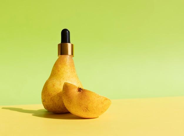 Flasche mit pipette in einer natürlichen birne natürliche biokosmetik die verwendung von birnen in der kosmetik
