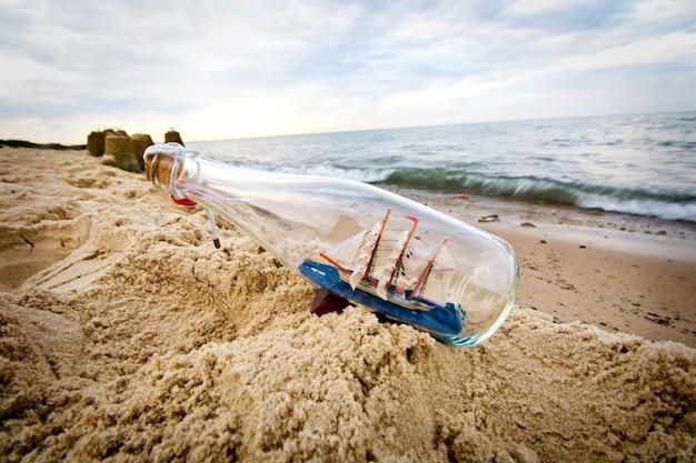 Flasche mit schiff im inneren.