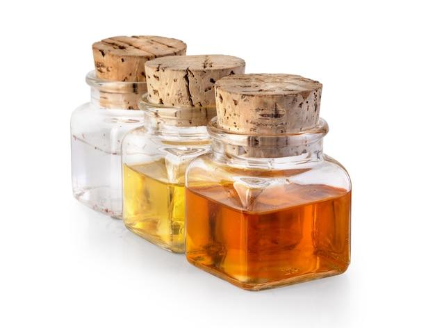 Flasche olivenöl und essig isoliert auf weißem hintergrund, mit freistellungspfad