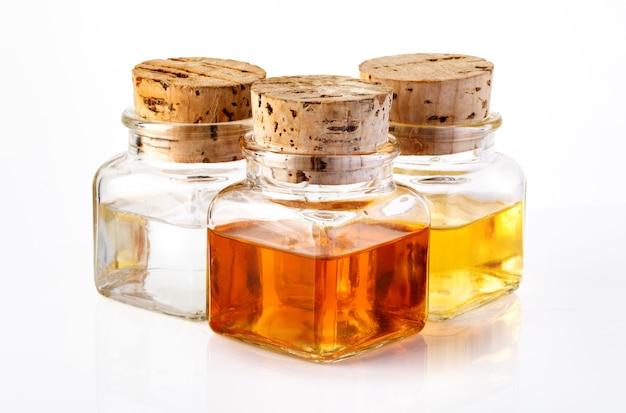 Flasche olivenöl und essig isoliert auf weißem hintergrund