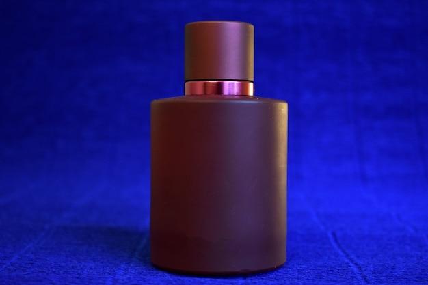 Flasche parfüm auf blauem hintergrund