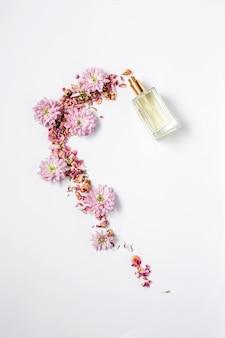 Flasche parfüm, die blumen herauskommen