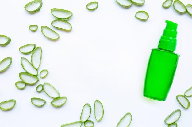 Flasche produkte für kosmetisches aloe vera-gel des badekurortes oder der hautpflege auf weißem hintergrund.
