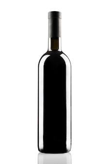 Flasche rotwein ohne etikett auf weißem hintergrund