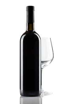 Flasche rotwein ohne etikett und glas auf weißem hintergrund