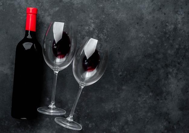 Flasche rotwein und gläser mit wein. draufsicht mit kopierraum.