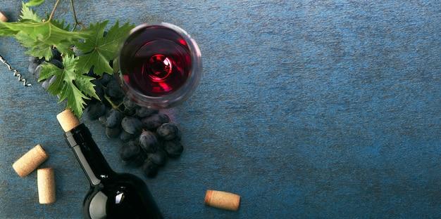 Flasche rotwein und trauben. draufsicht.