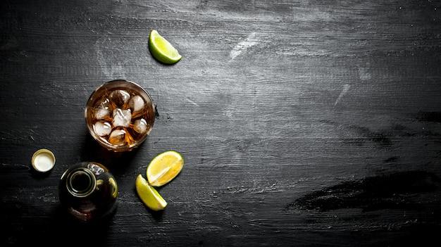 Flasche rum mit limette.