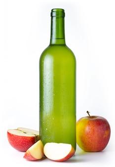 Flasche sehr kalter apfelwein mit äpfeln mit weiß