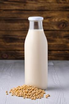 Flasche sojamilch mit sojabohnen tisch