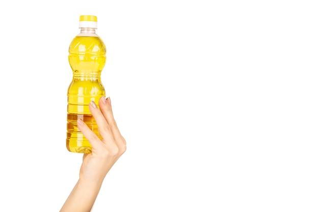 Flasche sonnenblumenöl in der hand