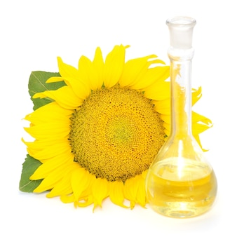 Flasche sonnenblumenöl mit blume auf einem weißen hintergrund.