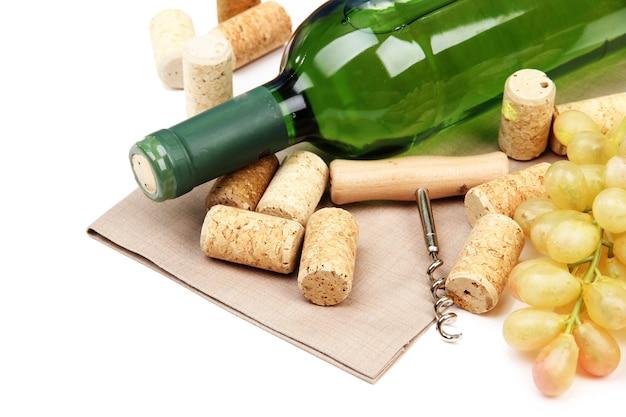 Flasche wein, trauben und korken, isoliert auf weiß
