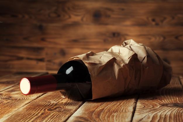 Flasche wein über hölzerner wand