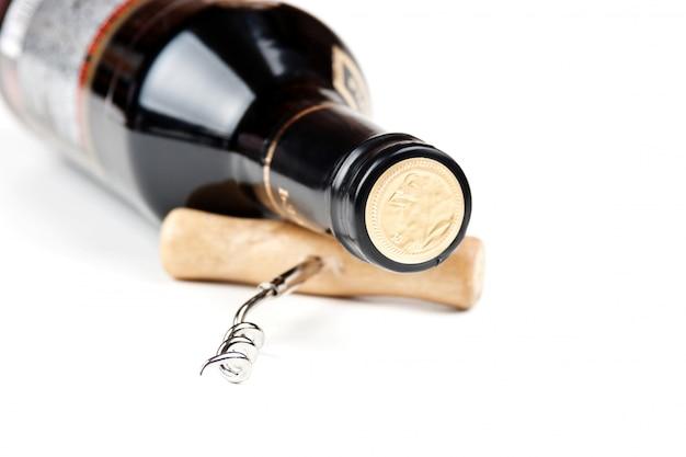 Flasche wein und ein korkenzieher lokalisiert auf weißem hintergrund