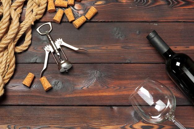 Flasche wein und korken und korkenzieher auf holztisch
