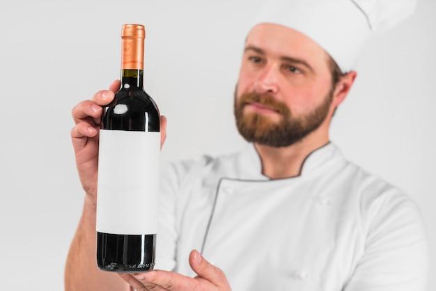 Flasche wein vom chefkoch angeboten