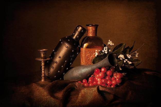 Flasche weintrauben und weiße blumen