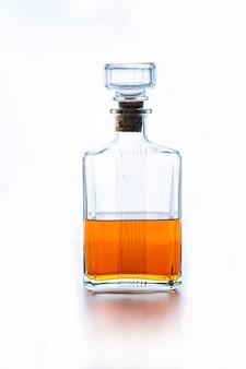 Flasche whisky auf weißem hintergrund