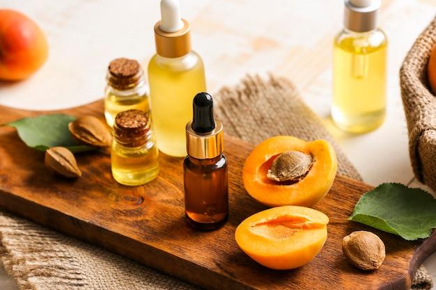 Flaschen ätherisches aprikosenöl auf dem tisch