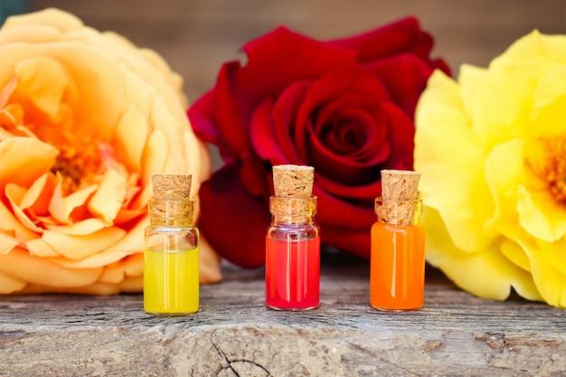 Flaschen ätherisches öl und rosen