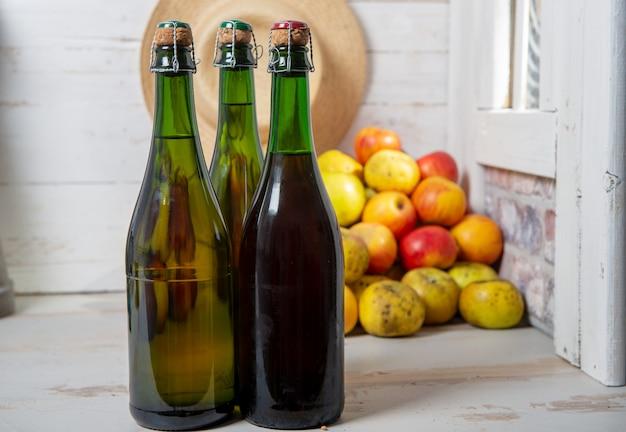 Flaschen apfelwein und äpfel der normandie