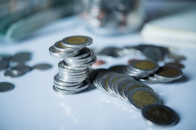 Flaschen bargeld mit münzen im einsparungsgeldkonzept