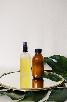 Flaschen mit ätherischen ölen auf dem spiegel
