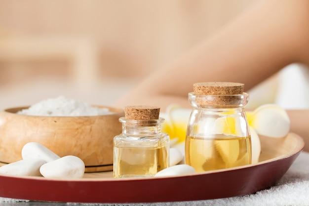 Flaschen mit aromatischen massageölen stehen im spa-salon