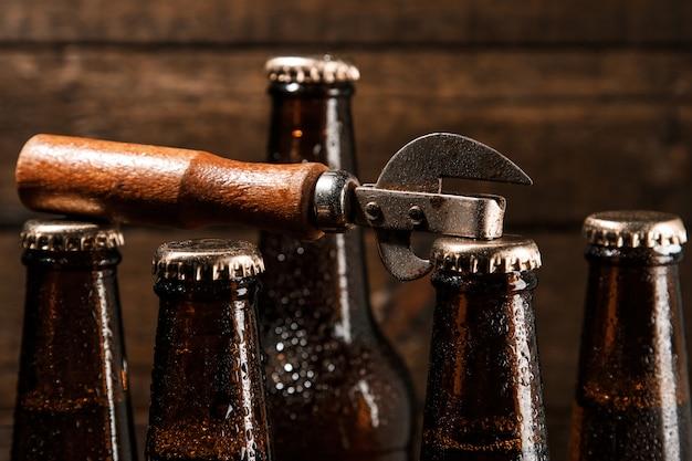Flaschen mit bier und vintage opener