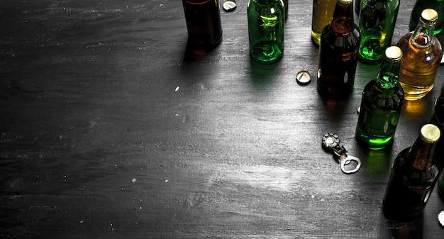 Flaschen mit frischem bier. auf der schwarzen tafel.