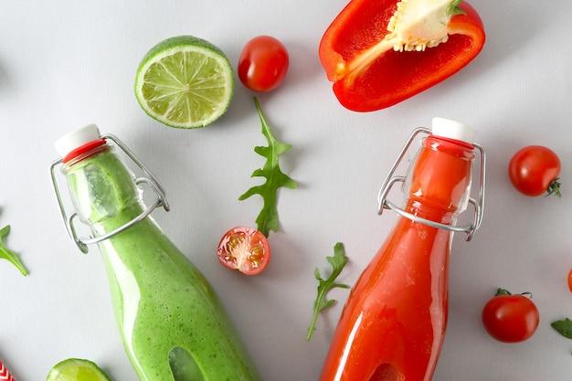 Flaschen mit gesunden säften mit zutaten