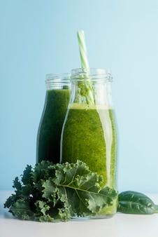 Flaschen mit grünem smoothie-sortiment